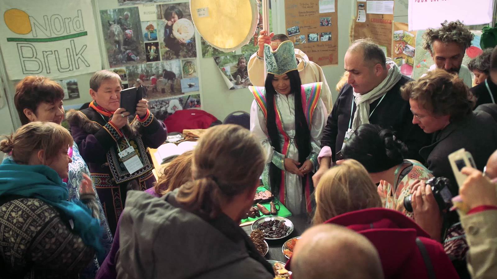 Marktkraampjes met culturele producten uit de streek
